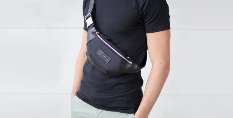 sacoche ventrale type sac banane noire portée par un homme